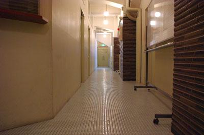 奥が試写室の入り口